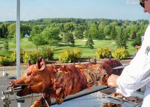 A Baviator méchoui traiteur catering outdoors pig on roaster